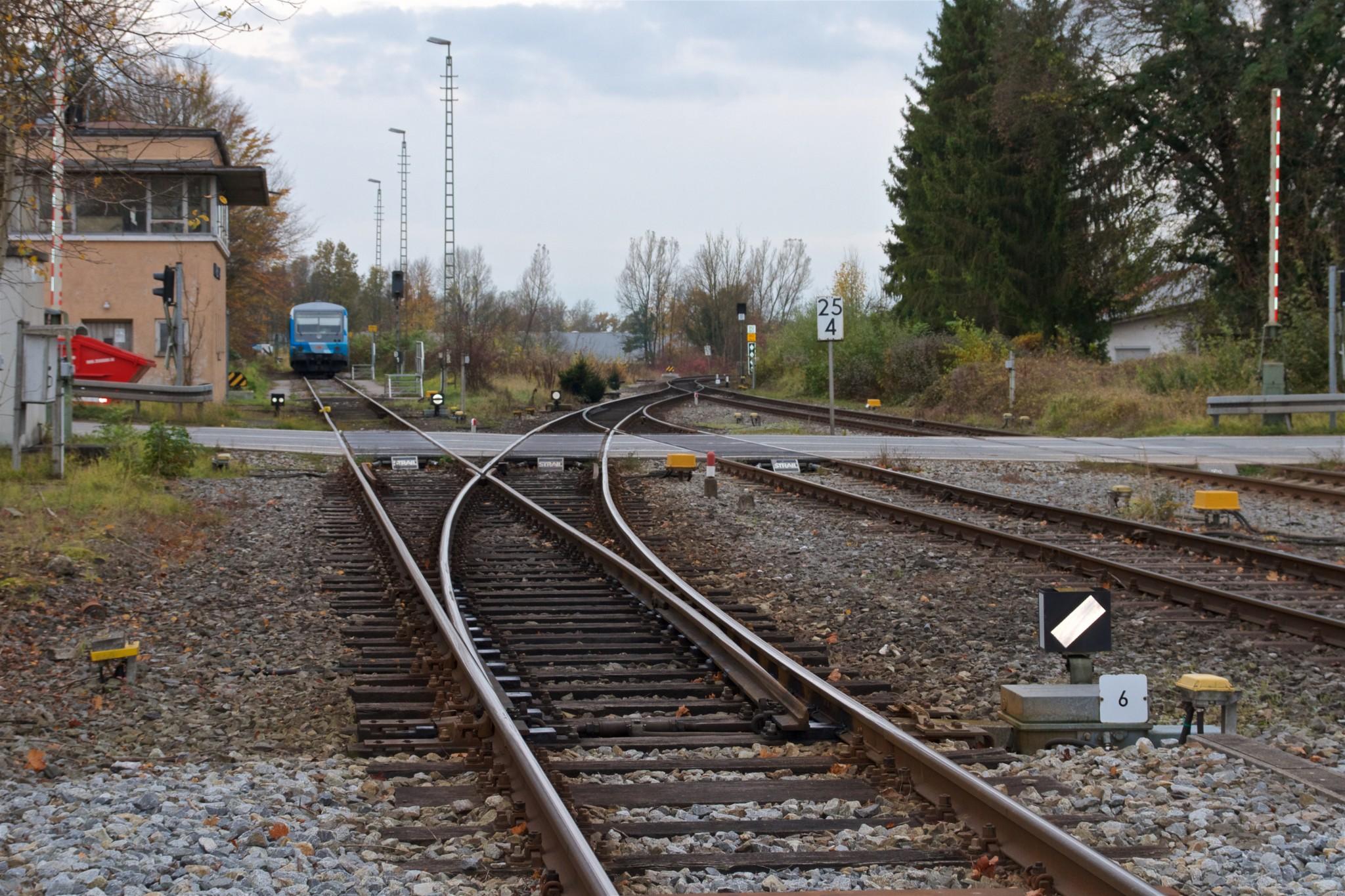 Bahnübergang in Reitmehring mit abgestelltem Filzenexpress