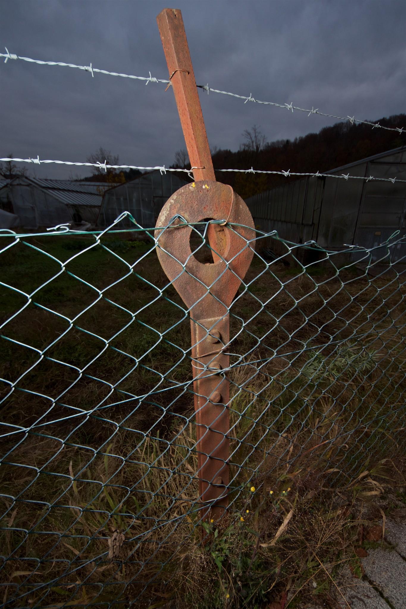 Relikt eines Militärflughafens, wiederverwendet als Zaunpfahl