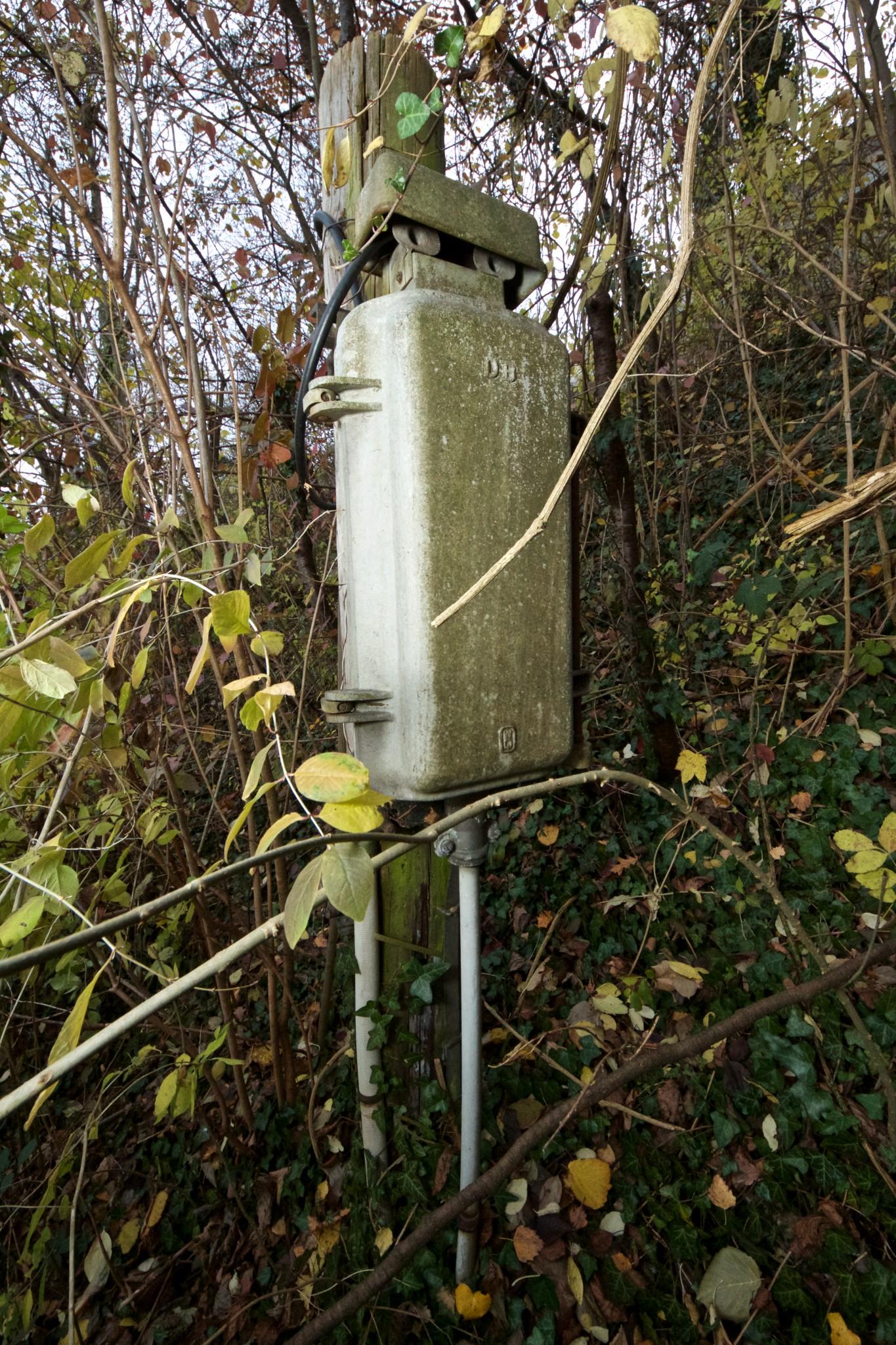 """Elektro-Kasten mit """"DB""""-Aufschrift nahe Wasserburg Altstadt"""