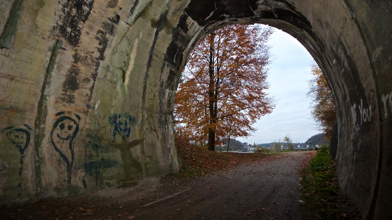 Bahntunnel mit Blick auf Kraftwerk Wasserburg